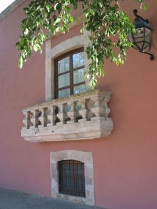 Balcón donde se supone que vivió Leonor Núñez de Castro, protagonista de la Leyenda de La Mano en la Reja, en la Casa de la Calzada Fray Antonio de San Miguel, Morelia.