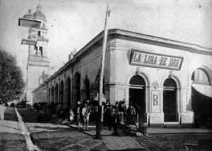Templo de San Agustín, Plaza Ignacio Comonfort en primer plano