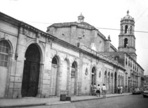 Calle Bartolomé de las Casas, en la parte norte del Templo de San Francisco. Nótense los edificios adosados al convento y templo, uno de ellos era comandancia de policía. Hoy en día no existen.