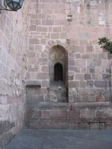 Ventana aparente en la torre del Templo de San Francisco, en realidad es uno de los nichos que existieron en la Capilla de Nuestra Señora del Rosario, hoy desaparecida.