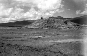 Pirámide de El Barreno, localizada en Morelia, Michoacán. Fotografía de 1956 por el Lic. Jesús García Tapia.