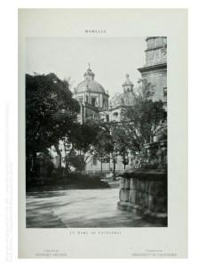 Cúpula de la Catedral. La estructura a la derecha es la base del monumento a Melchor Ocampo.