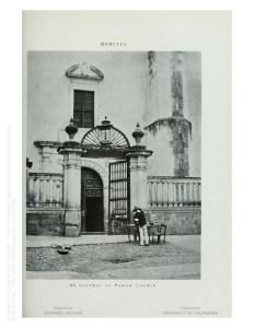 Puerta lateral de San Agustín. Al pie de foto dice Portal de la Parroquia.
