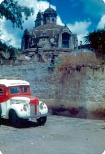 La calle que dividía el jardín tanto del templo como del ex convento, hacia 1952. Foto INAH