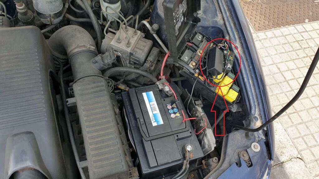 Localizador GPS oculto en caja de fusibles