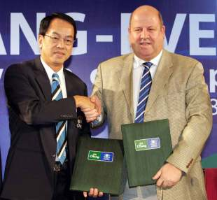 Somchai Suttikulpanich, deputy senior manager of the Thai Beverage Marketing (L) shakes hands with Everton FC Chief Excutive Officer Keith Wyness (R) during a press conference for a sponsorship deal in Bangkok, 17 January 2008