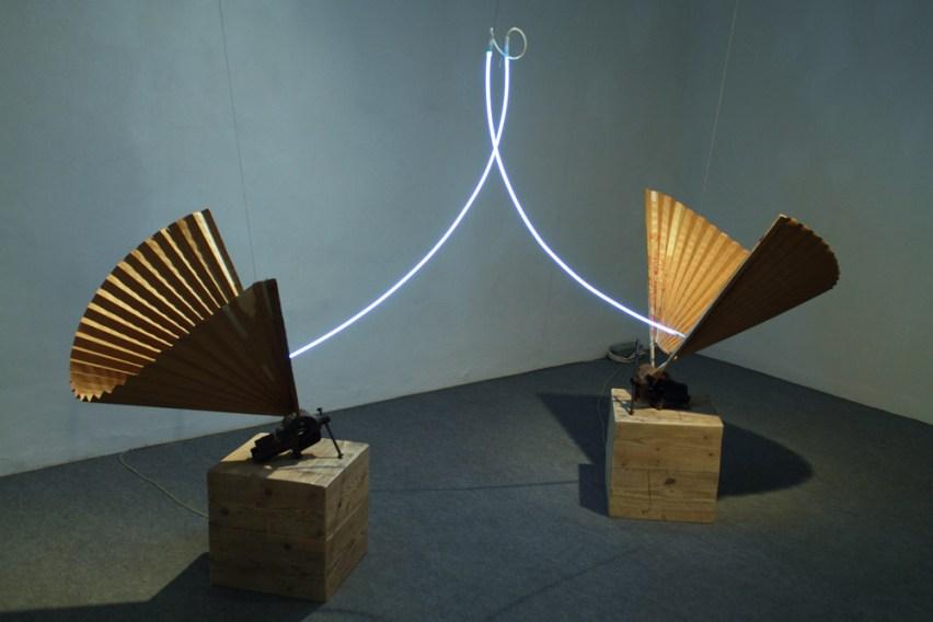 Elevazione,-2012-ferro,-carta,-legno,-neon-e-trasformatore,-dimensioni-ambientali