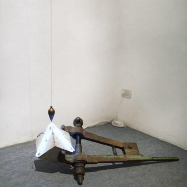 Polarizzazione S, 2012 ferro, cemento, neon, filo a piombo e trasformatore cm. 100x57x42