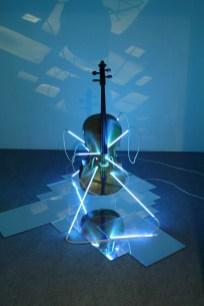 San Sebastiano, 2008 Violoncello, neon plexi specchiante e trasformatore, dimensioni ambientali