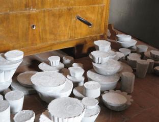 Deposito archeologico, 2011, I piccoli riti del quotidiano, veduta e particolare dell'installazione cemento dimensioni variabili