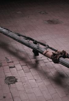 """Silvia Vendramel, """"Il Flauto"""" (Dettaglio) 2012, ghisa, peltro, stoffa, acquerello, 200x20x25 cm"""