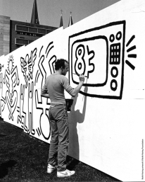 Keith Haring lavora al murale Fotografia di Curtis L. Carter Keith Haring artwork © Keith Haring Foundation