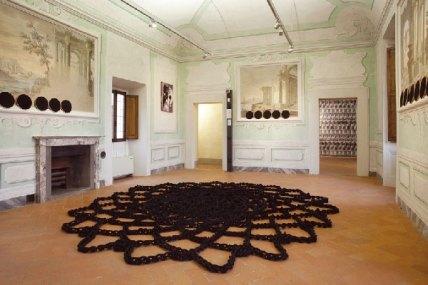 Manuela Menici, Back to black, corda nylon, cerchi per ricamo in legno, cotone, ø cm 500 - 2012. Villa Castello Smilea