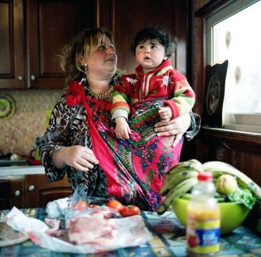 Eva Frapiccini, La Rom Zingara con suo nipote, Campo Lombroso, Roma (Container Sweet Container), 2007/09, cm 50x50, C-type print ed.5, courtesy Alberto Peola, Torino