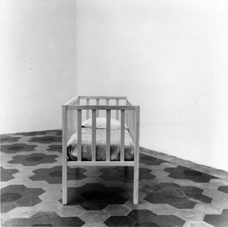 Liliana Moro, Torno Subito, 1989, Lettino in legno, lenzuola e coperta, scritta su carta foto: Roberto Marossi, Courtesy dell'artista