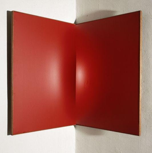 Enrico Castellani (1930) Superficie angolare rossa, 1961 Acrilico su tela cm 80x60x60. Collezione dell'artista, Milano © Enrico Castellani, by SIAE 2013