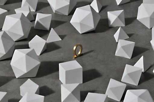 Marco La Rosa, Ecce homo, 2012, 100 poliedri regolari in gesso alabastrino, omega in metallo ricoperta da foglia oro, installazione dimensioni ambientali (particolare)