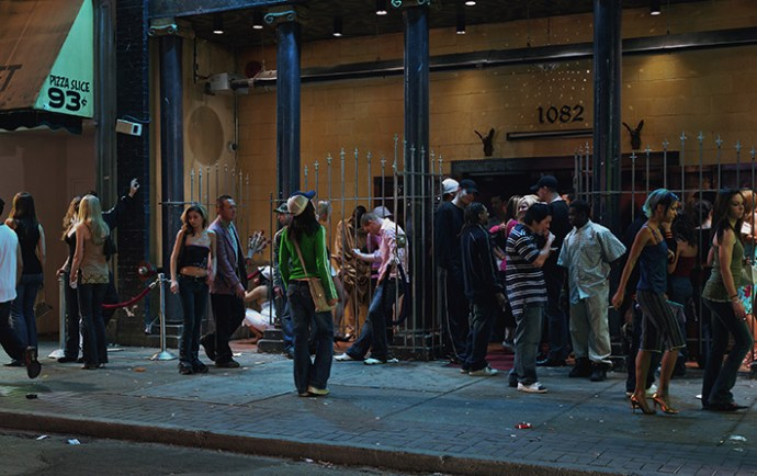Jeff Wall, In front of a nightclub, 2006, lightbox, 226 x 361 cm, Courtesy dell'artista