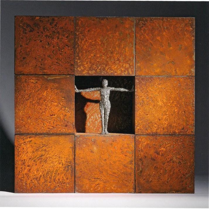Fabrizio Pozzoli, Boxing freedom, 2012, filo di rame nichelato, ferro ossidato, 62x62x11 cm