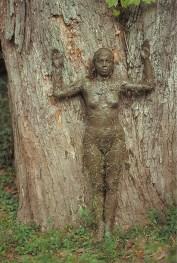 Ana Mendieta, Tree of Life, 1976, fotografia a colori, stampa originale, cm 50.8 x 33.7, Collezione Raquelín Mendieta Family Trust © The Estate of Ana Mendieta Collection Courtesy Galerie Lelong, New York