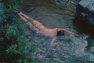 "Ana Mendieta, fotogramma dal video Untitled (Creek #2), 1974, film Super-8 trasferito su DVD, colore, muto, 3' 30"", Collezione privata, Modena © The Estate of Ana Mendieta Collection Courtesy Galerie Lelong, New York"
