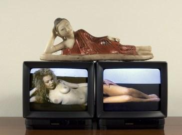 Nam June Paik, Sacro e profano 1993 2 monitor con video e scultura collezione privata
