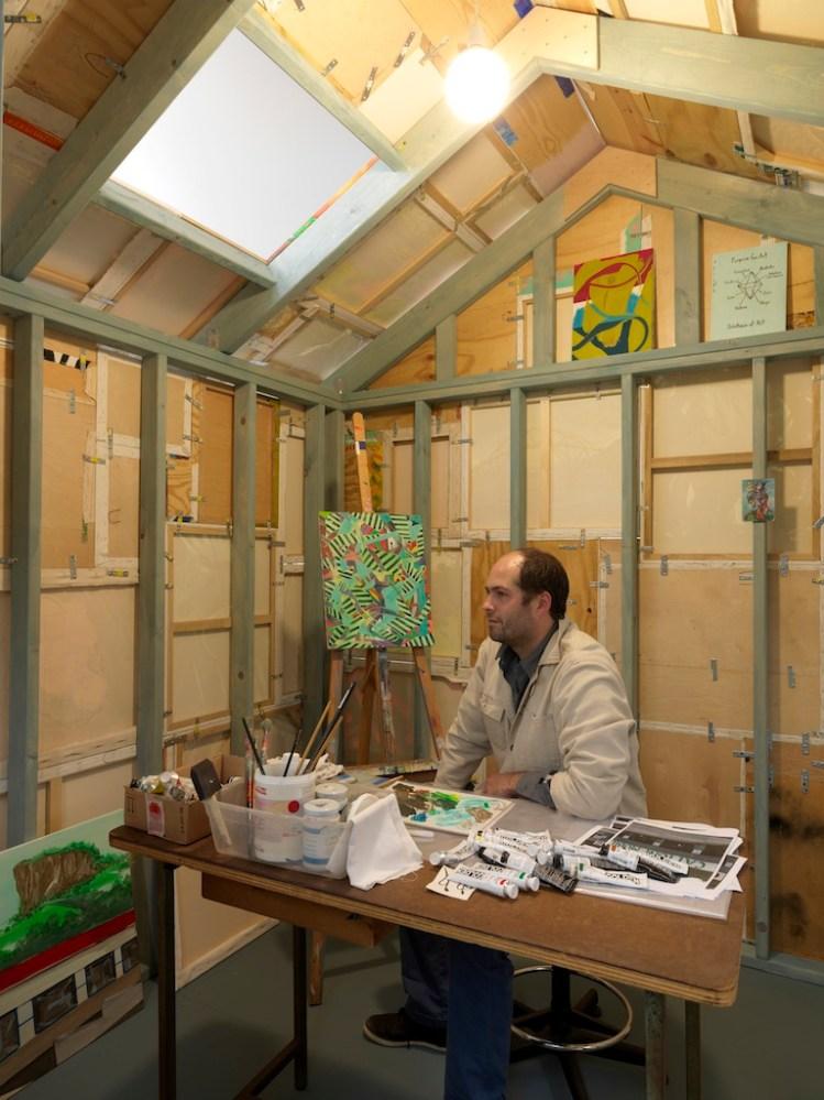 Andy Cross all'interno della sua opera House Painter, maggio 2013. Collezione Maramotti, Reggio Emilia. Foto: Dario Lasagni