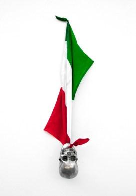 Flag, 2012, bandiera e teschio in alluminio
