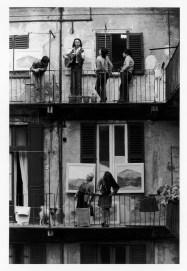 Gianni Berengo Gardin, Milano Anni Settanta, Case di ringhiera, Festa popolare con l'artista Geri Palamara © Gianni Berengo Gardin/Contrasto