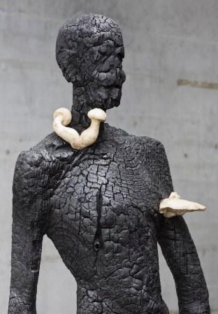 Aron Demetz, senza titolo, 2012, legno carbonizzato, cm 220