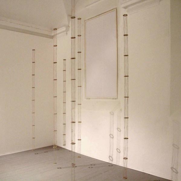 Cesare Galluzzo, Dove l'acqua sa di sabbia, 2013, legno, lino e canapa, elementi da cm 250 a 350 e diametro cm 8, installazione dimensioni variabili