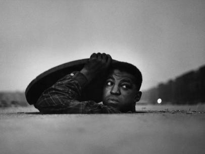 Gordon Parks, L'uomo invisibile, Harlem, New York, 1952 © Gordon Parks Foundation
