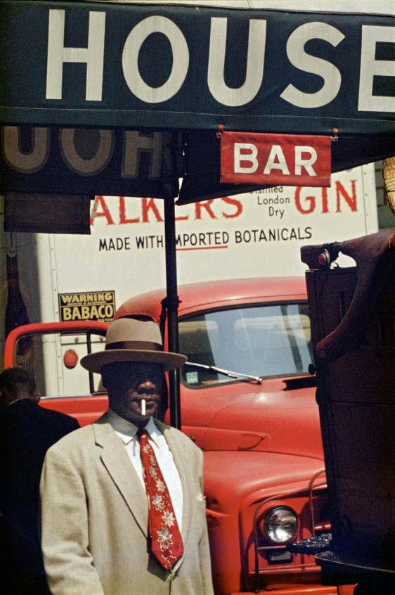 Saul Leiter, Harlem, 1960, stampa Cibachrome, cm 35.5x28 © Saul Leiter Courtesy Howard Greenberg Gallery, New York