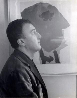 Enrico Baj con il suo ritratto fatto da Asger Jorn, 1954