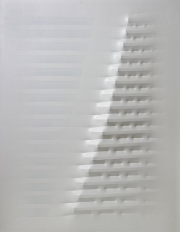 Agostino Bonalumi, Bianco (White), 1976 Shaped canvas and vinyl tempera 130 x 100 cm Robilant+Voena, London – Milan (Photo © Manusardi ArtPhotoStudio Milan)