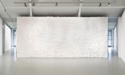 Sylvie Fleury, Cuddly Wall, 1998-2013, fake fur, dimensioni variabili Courtesy Mehdi Chouakri, Berlin - Photo Jan Windszus