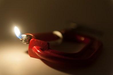Andrea Contin, Psyché, 201, morsa, accendino, dimensioni reali Foto di Simone Falso Courtesy Placentia Arte, Piacenza