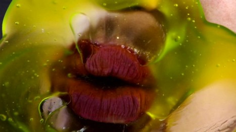 Marilyn Minter Green Pink Caviar, 2009 HD digital video on DVD 7' 45'' Courtesy l'artista e Salon 94, New York