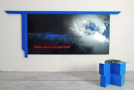 Vettor Pisani, Il mio cuore è un cupo abisso, 2004, tecnica mista su tela e basi a forma di semicroce e neon, Collezione Fondazione Morra, courtesy Fondazione Morra, Napoli