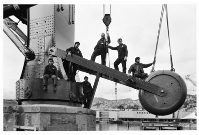 G.Berengo Gardin, Lavoratori al porto di Genova, 1988 – Immagine GUIDA © 2014 Gianni Berengo Gardin/Contrasto