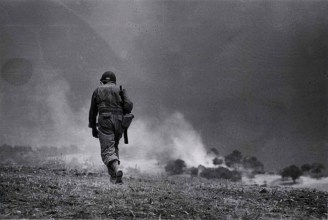 Robert Capa, Soldato americano in perlustrazione nei dintorni di Troina, 4-5 agosto 1943, Photograph by Robert Capa. © International Center of Photography/Magnum – Collection of the Hungarian National Museum