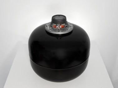 Michele Spanghero, 1-10000, 2010, tanica di ferro, vernice, altoparlante, cavo audio, audio system, 34x34x38 cm, 13 min. loop