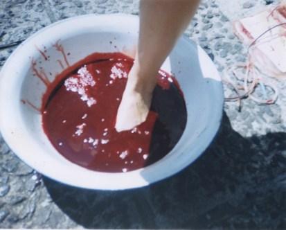 Regina José Galindo, ¿QUIÉN PUEDE BORRAR LAS HUELLAS?, 2003Città del Guatemala, GuatemalaFoto di José Osorio / Víctor Pérez Courtesy dell'Artista e PrometeoGallery