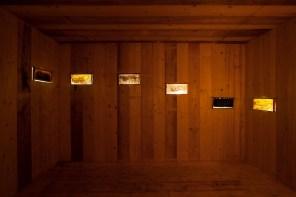 Micol Assaël, 432Hz, 2009-14, installazione, legno, cera d'api, miele, impianto elettrico, audio, 330x475x575 cm Foto Agostino Osio Courtesy Micol Assaël, Museo MADRE, Napoli e Fondazione HangarBicocca, Milano