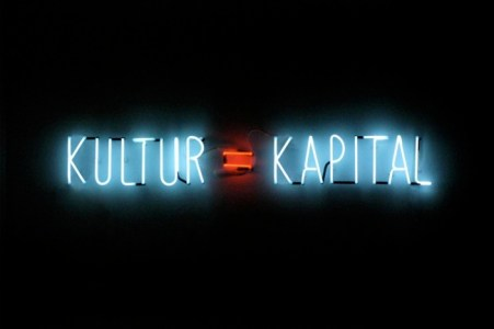 Alfredo Jaar (2012), Kultur = Kapital, Neon lights, 100û800 cm, Unique. Courtesy the artist, NY and Galerie Thomas Schulte, Berlin