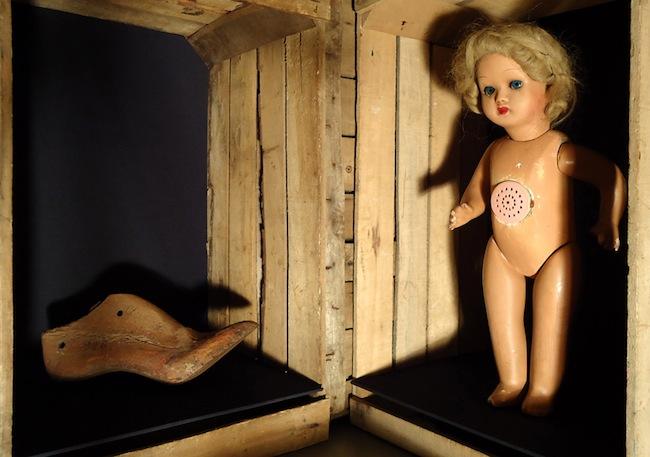 Andrea Guerzoni, Palco, 2011, cassette in legno, oggetti, luci ad incandescenza, acciaio 60x158 h