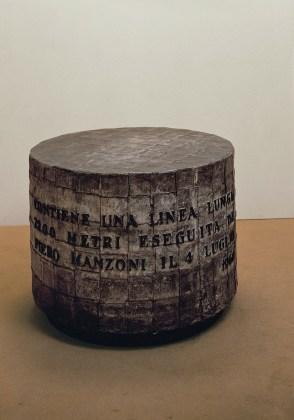 Piero Manzoni, Linea m 7200, 1960, inchiostro su carta, cilindro di zinco ricoperto da fogli di piombo, 96x66 cm, Heart, Herning Museum of Contemporary Art