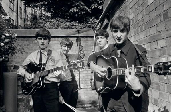 I Beatles negli Abbey Road Studios mentre registrano il loro primo album Please Please Me The Beatles in Abbey Road Studios recording their first album Please Please Me Londra / London, 1963 54,9 x 73 cm © Terry O'Neill