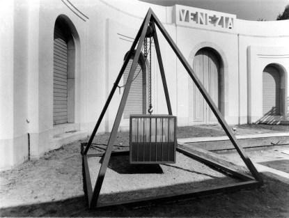 """Fabrizio Plessi, Gabbia d'acqua, 1972, 400x300x300 cm, ferro, perspex e acqua, XXXVI Biennale di Venezia, 1972, sezione """"Venezia: ieri, oggi, domani"""" Foto Enrico Cattaneo"""