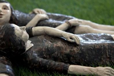 Serena Zanardi, Un grand sommeil noir, 2012, sculture in ceramica 10 figure 44x 30 x13 cm circa ciascuna